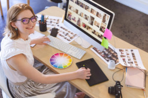 young-caucasian-female-graphic-designer-working-on-F7SDUEX.jpg YD conseils et créations